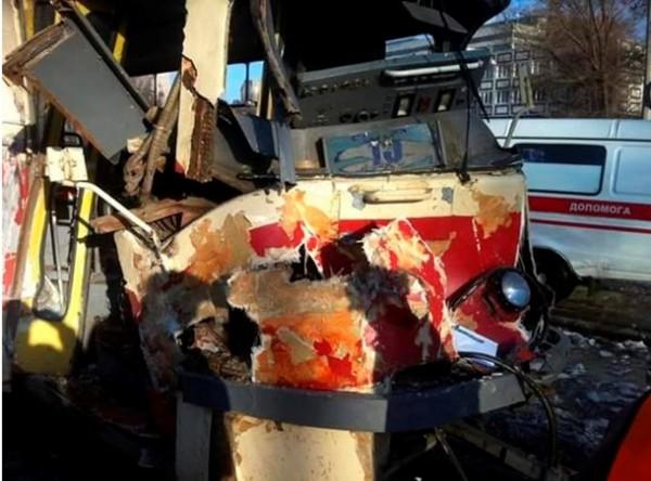 Авария трамвая и БТР в Днепропетровске