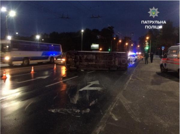 ВЗапорожье наскользкой дороге перевернулась маршрутка: двое пострадавших