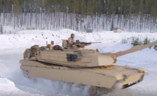 Военные США и Норвегии устроили танковый дрифт