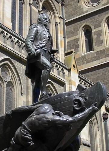 Памятник Флиндерсу перед Собором Святого Павла в Мельбурне.