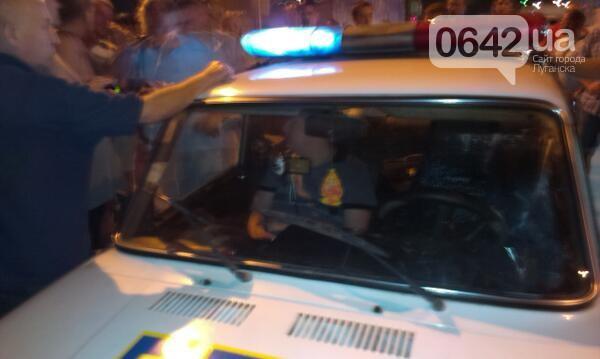 Несмотря на протесты, водителя пересадили в милицейскую машину и увезли.