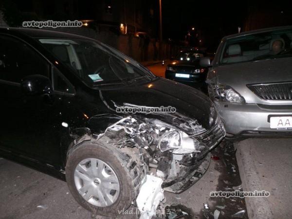 Один Ниссан ударил другой, а тот въехал в Lexus