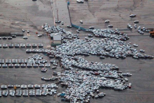 Эти готовые к отправке автомобили снесло огромной волной