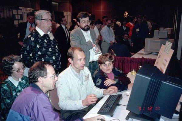 Бернерс-Ли показывает своё детище участникам конференции Hypertext 1991 в Сан-Антонио