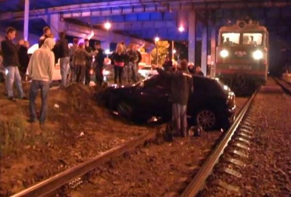 Девушка на Audi перелетела через рельсы и перегородила путь поезду.