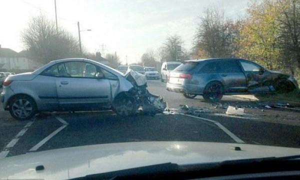 Пострадавшие в аварии автомобили. Машина Дэвида справа