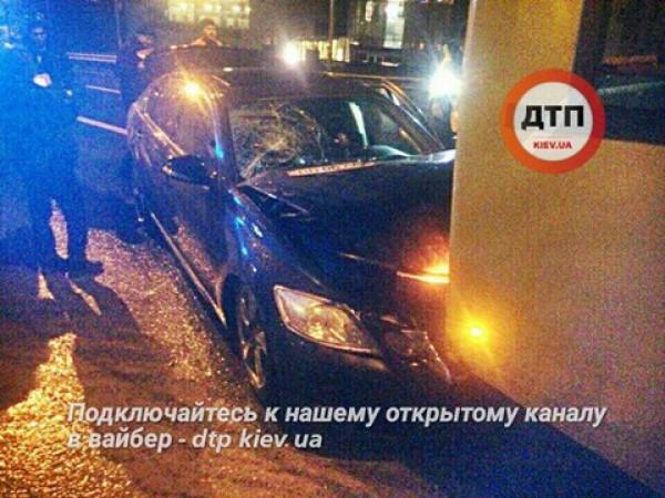 В Киеве Lexus врезался в троллейбус
