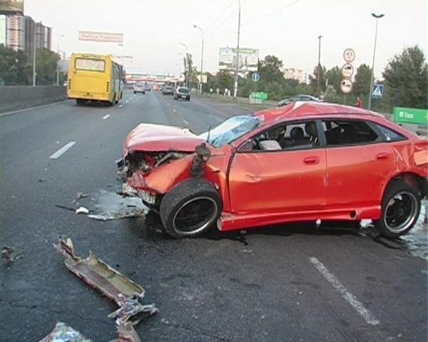 Mazda якобы подрезал или ударил неизвестный автомобиль черного цвета