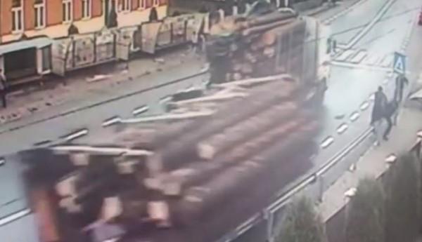 Камера засняла, как бревнами придавило пешеходов
