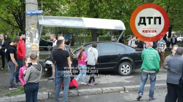В Киеве Skoda Octavia снесла остановку