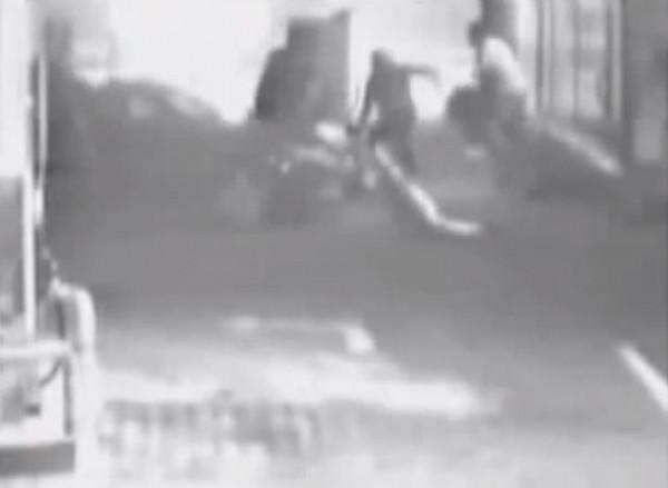 Разбойное нападению в Виннице. Качество плохое, но видно, что бьют лежачих