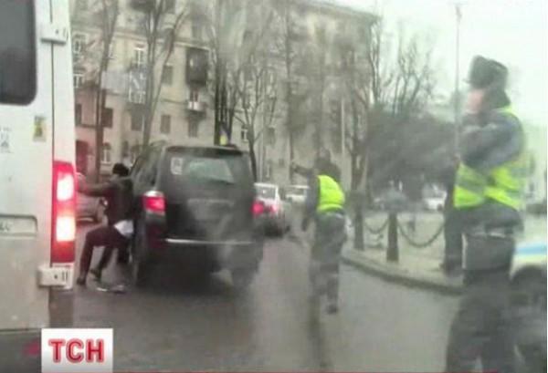 Милиция до сих пор выясняет личность водителя, который сбил гаишника