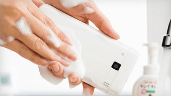 Телефон не боится воды и мыла