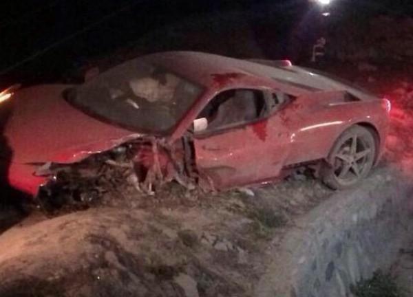 Левая часть Ferrari сильно повреждена