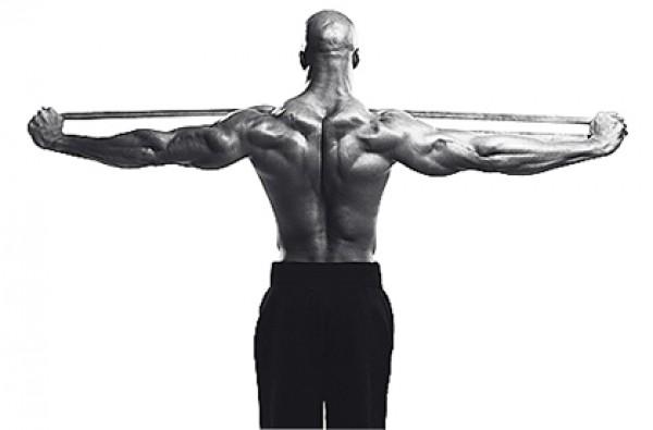 Стрейч-лента задействует мышцы плеч и лопаточные стабилизаторы