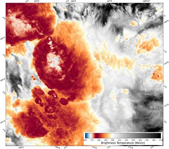 Вверху:  яркостные температуры (БТ) VIIRS I5 на 13:38 UTC 29 декабря 2018 г. Скопление особо холодных БТ находится немного левее центра изображения. VIIRS, Набор радиометров видимого инфракрасного диапазона.