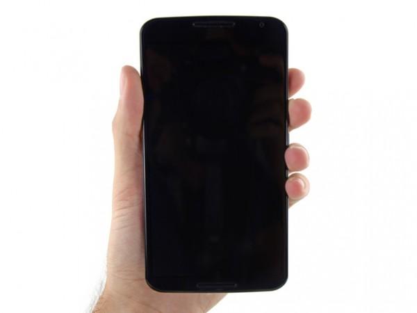В отличие от iPhone 6 Plus, фаблет от Google имеет более тонкую рамку, что делает экран визуально больше.