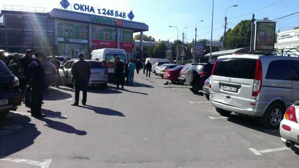Пострадал водитель микроавтобуса Mercedes, который стоял рядом