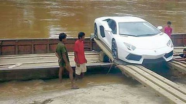 Белый Lamborghini Aventador грузят на лодку