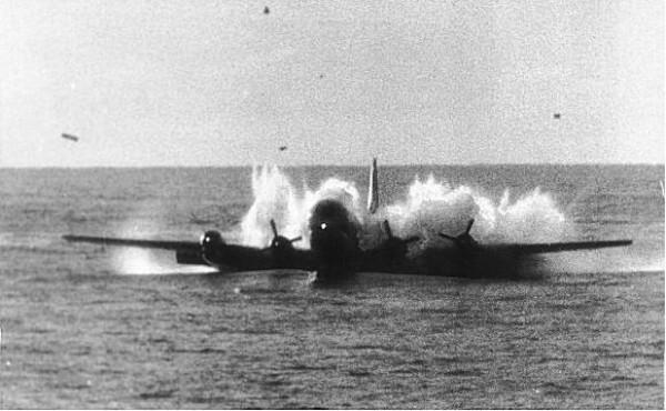 Boeing 377 приводняется в Тихом океане