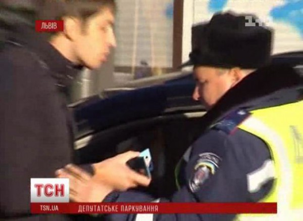 На видео  видно - депутат показывает удостоверение. Сам он этот факт отрицал
