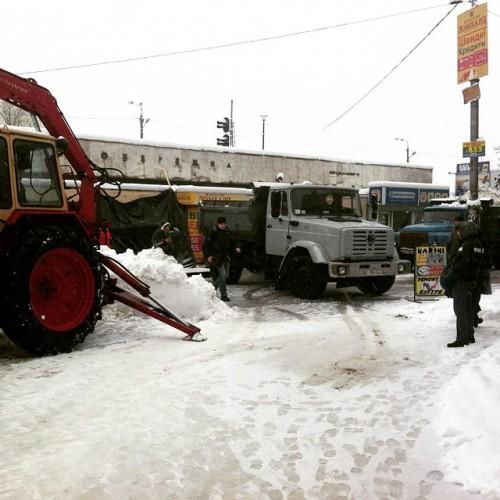В Киеве продолжают убирать снег