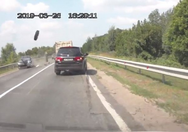 Колесо от грузовика сначала протаранило Ланос, а потом Фольксваген