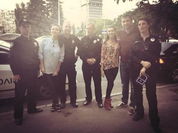 Парасюк с полицейскими и съемочной группой