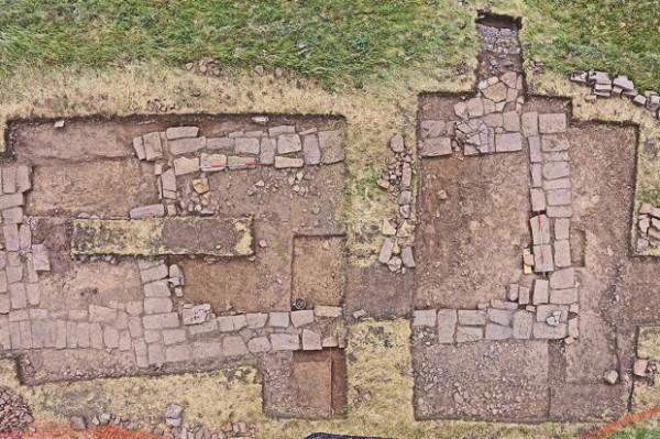 Фундамент был построен из больших камней