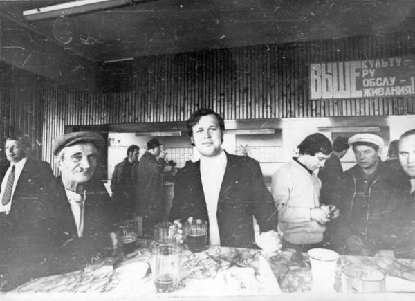 Советские пивные - место, где мужики собирались поболтать о футболе да политике. Продавцы пенное обычно нещадно разбавляли водой, а потребители - восполняли нехватку градуса водкой