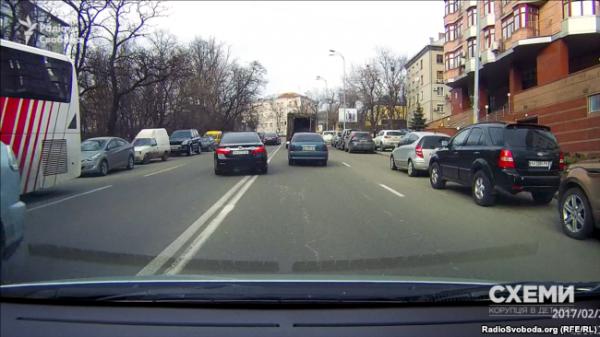Две Toyota Camry прокурора пересекают двойную сплошную