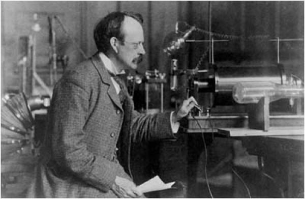 Дж.Дж. Томсон в 1890 году в своей лаборатории