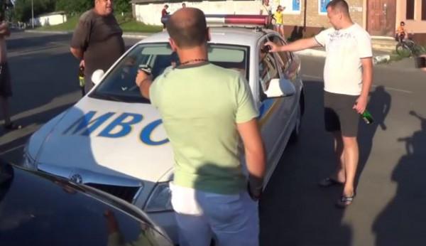 Люди вступились за водителя, которого без причины задержала милиция