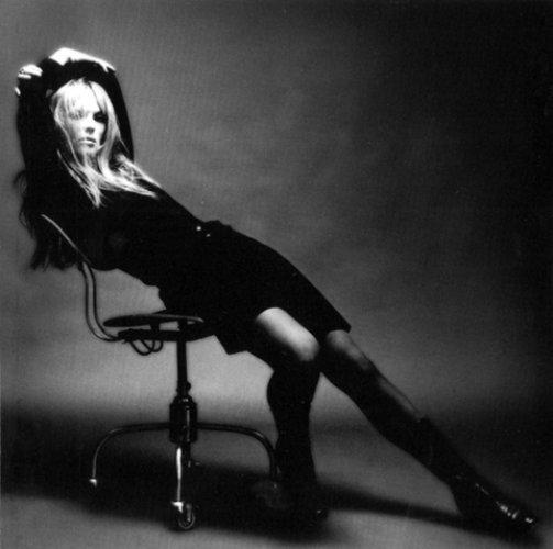 Саманта Фокс. Поп-звезда и модель, Саманта впервые появилась топлесс на страницах одного из лондонских таболидов. Ей было всего 16.