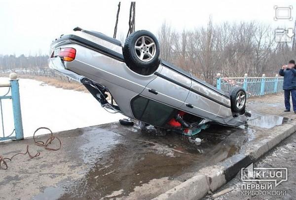 В Кривом Роге BMW слетел с моста в реку, пробив пятисантиметровый лед