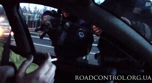 Гаишник навел на водителя и взвел затвор
