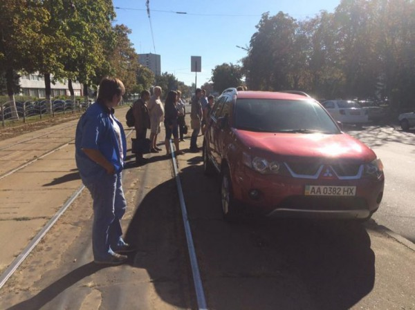 Пассажиры отодвинули машину автохама