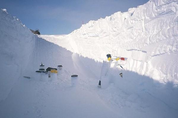 Исследователь собирает микрометеориты на Куполе C в центральной Антарктиде в 2002 году.