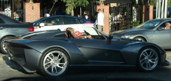 Крис Браун за рулем своего нового авто
