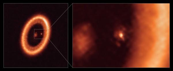 Изображение PDS 70 с помощью ALMA с расположением околопланетного диска, окружающего экзопланету PDS 70c, показано на рельефе.