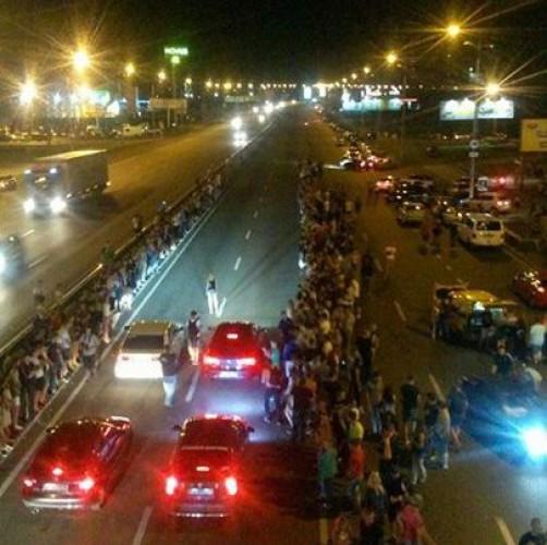 На проспекте Бажана в районе ст. м. Осокорки собралось около 700 человек