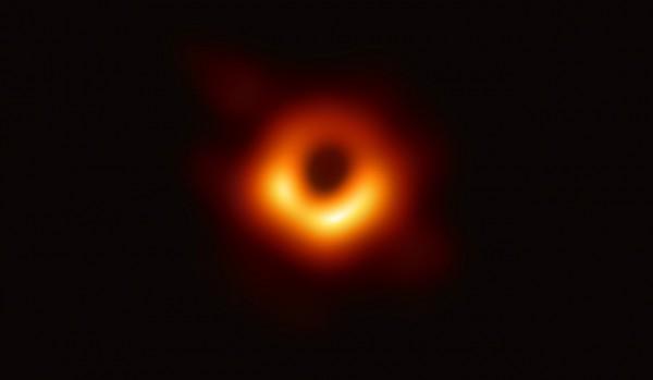 Снимок черной дыры