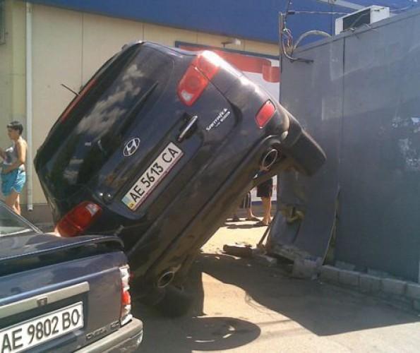В Днепропетровске Hyundai оперся о киоск