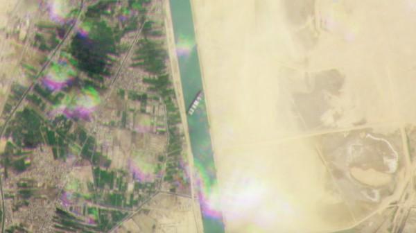 Относительный крупный план застрявшего в Суэцком канале контейнеровоза Ever Given, захваченного одним из кубсатов Planet's Dove 24 марта 2021 года.