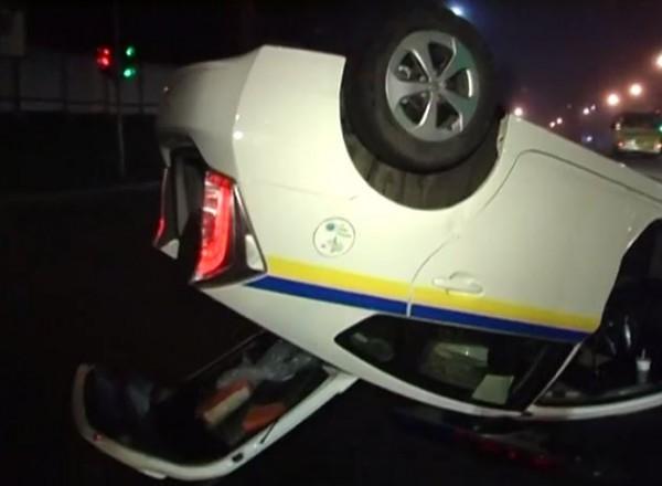 В Голосеевском районе перевернулся гаишный Toyota Prius