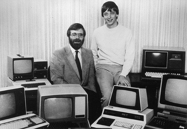 Основатели Microsoft Пол Аллен (слева) и Билл Гейтс в окружении персональных компьютеров