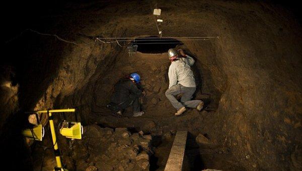 Археологи исследуют туннель
