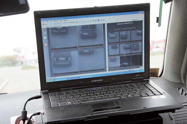 Прибор проверяет номера проезжающих машин в режиме он-лайн по имеющимся базам данных ГАИ