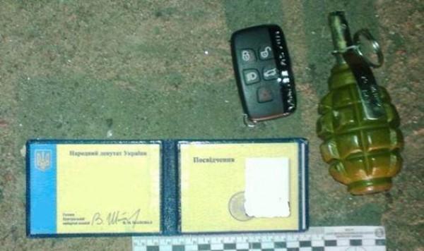 Документы и гранаты, найденные в машине