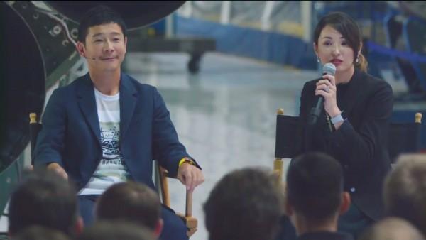 Юсаку Маэдзава с переводчицей